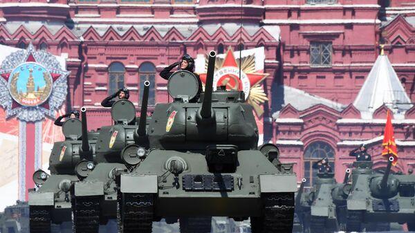Танк Т-34-85 во время военного парада в ознаменование 75-летия Победы в Великой Отечественной войне 1941-1945 годов на Красной площади в Москве