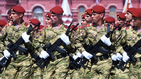 Служащие Росгвардии во время военного парада в ознаменование 75-летия Победы в Великой Отечественной войне 1941-1945 годов на Красной площади в Москве