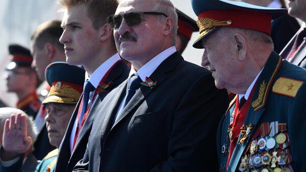 Президент Белоруссии Александр Лукашенко с сыном Николаем во время военного парада в ознаменование 75-летия Победы в Великой Отечественной войне