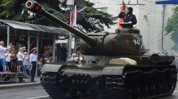 Танк Т-34 во время Парада Победы в Севастополе
