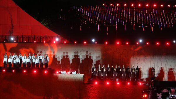 Участники торжественного концерта у подножия отреставрированного монумента Родина-мать зовет! на Мамаевом кургане в Волгограде