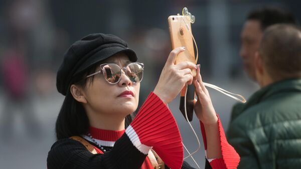 Женщина на одной из улиц в Шанхае