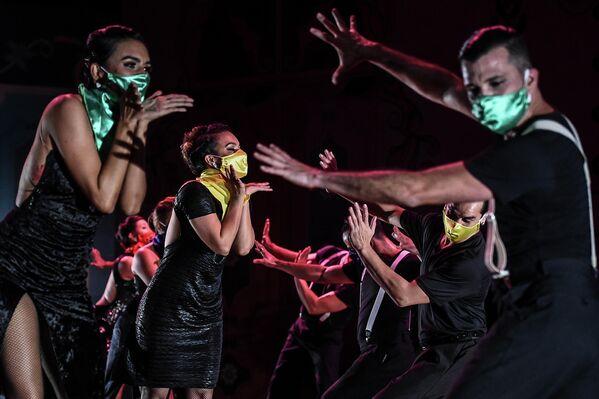 Танцоры выступают во время Международного фестиваля танго в Медельине, Колумбия