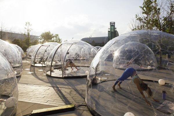 Занятия йогой внутри куполов в Торонто, Канада
