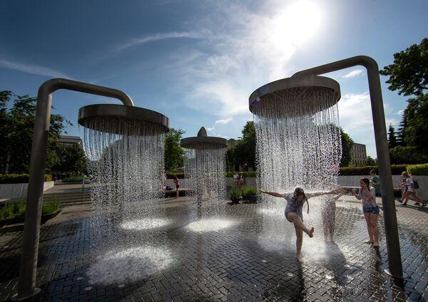 Дети купаются в фонтане в Вильнюсе, Литва