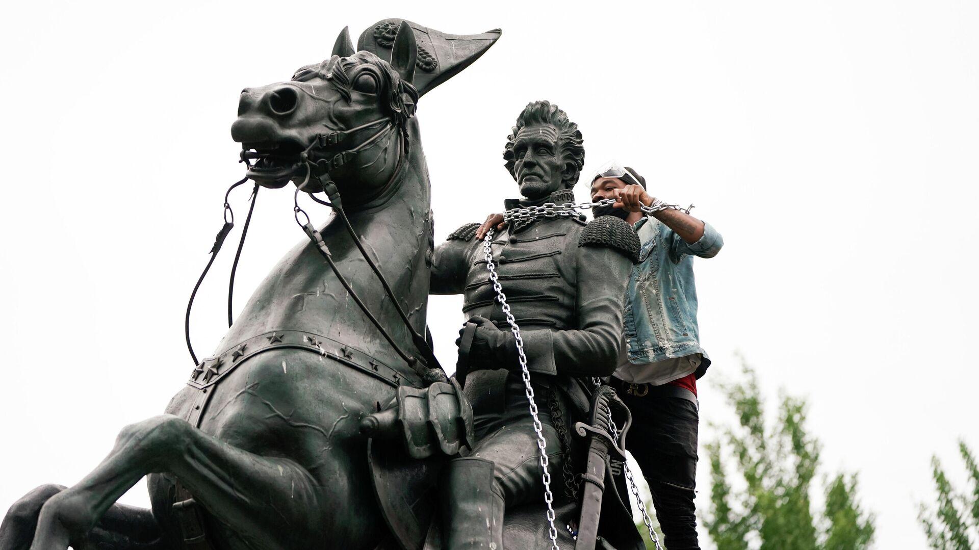 Протестующие во время попытки снести памятник президенту США Эндрю Джексону в Вашингтоне - РИА Новости, 1920, 26.06.2020
