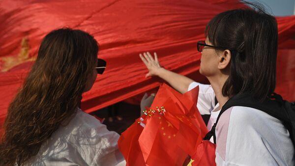 Девушки с китайскими флагами в Гонконге