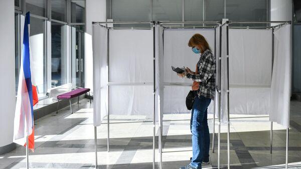 Женщина голосует по внесению поправок в Конституцию РФ