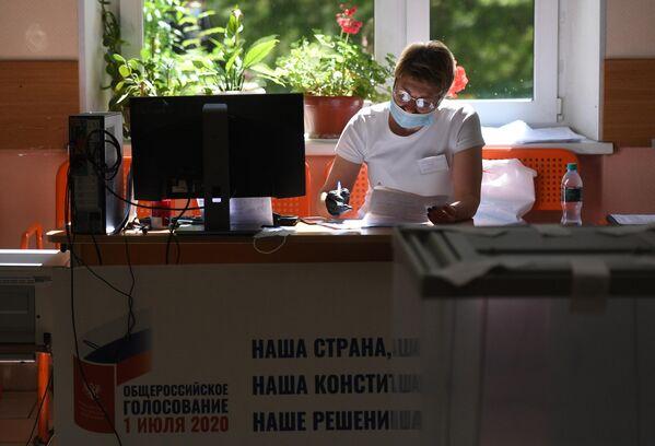 Избирательный участок в Москве, где проходит голосование по вопросу принятия поправок в Конституцию РФ
