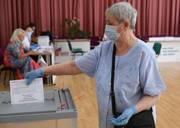 Женщина во время голосования по вопросу принятия поправок в Конституцию РФ на избирательном участке в Москве