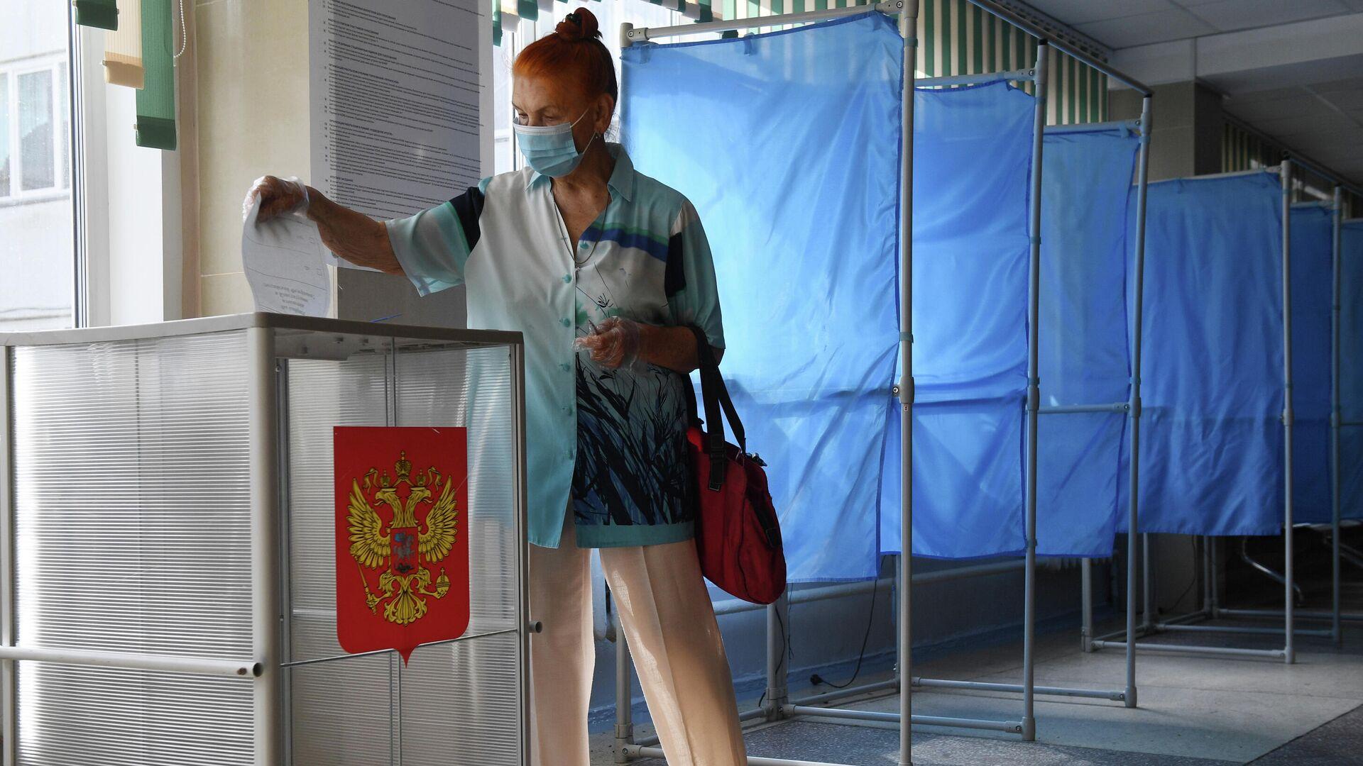Женщина принимает участие в голосовании - РИА Новости, 1920, 04.08.2021