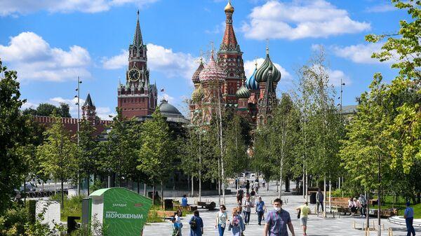 Отдыхающие в природно-ландшафтном парке Зарядье в Москве