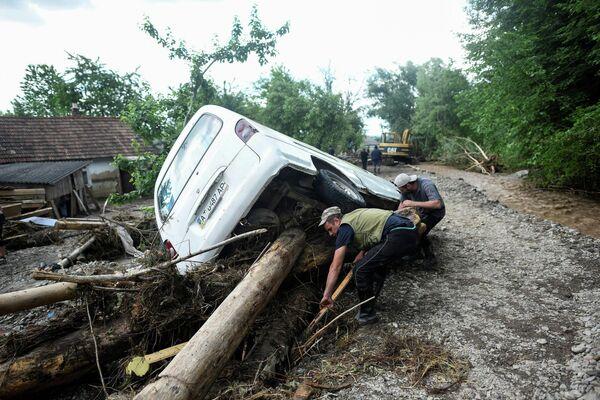 Восстановительные работы в пострадавшем от наводнения поселке Ланчин в Ивано-Франковской области