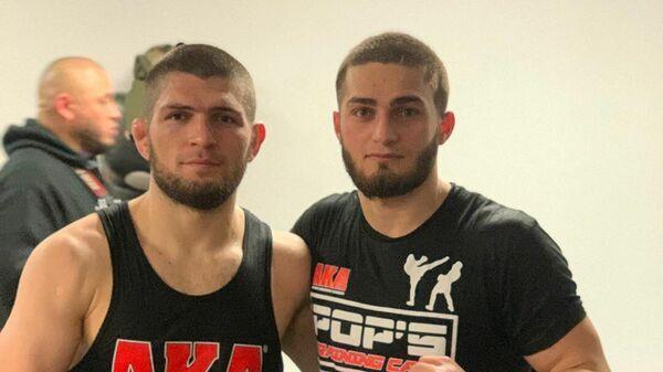 Хабиб Нурмагомедов и Рустам Сербиев (справа)