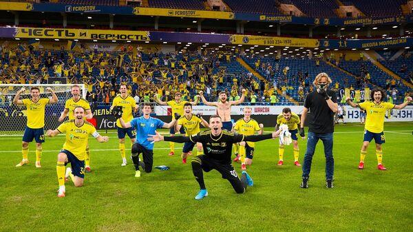 Главный тренер ФК Ростов Валерий Карпин (второй справа) и игроки клуба