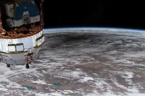 Тень на земной поверхности от кольцевого солнечного затмения с борта Международной космической станции