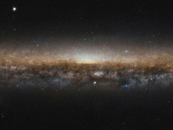 Галактика NGC 5907 снятая космическим телескопом Хаббл