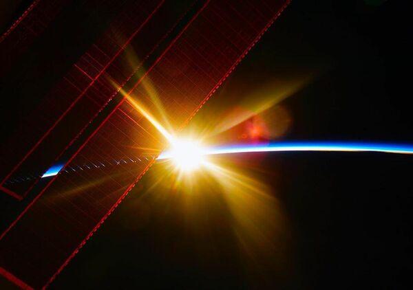 Космический рассвет с борта МКС