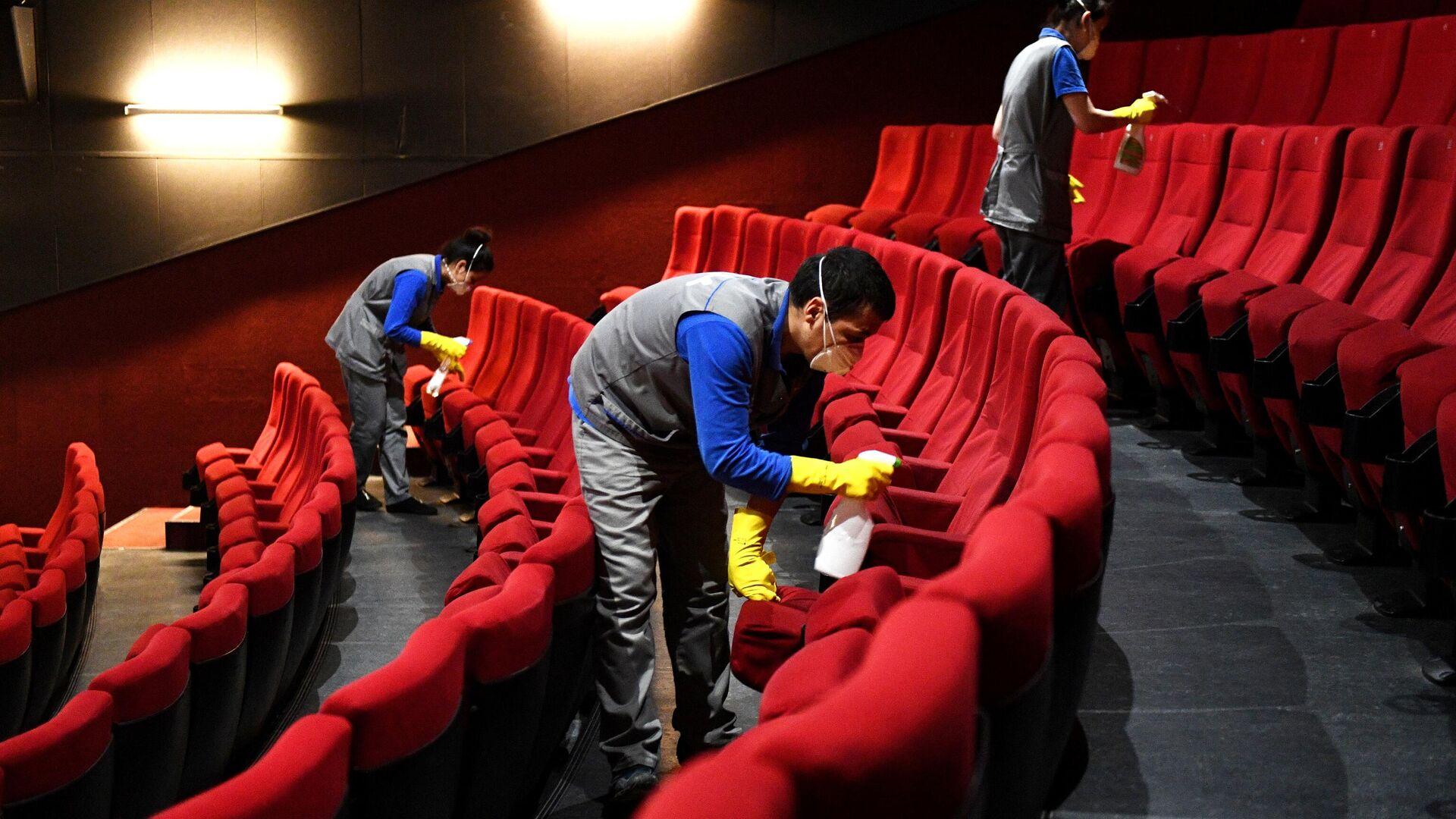 Сотрудники клининговой службы производит санитарную обработку кресел в кинотеатре - РИА Новости, 1920, 12.06.2021