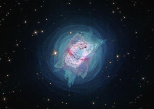 Очень молодая планетарная туманность NGC 7027, которая расположена приблизительно в созвездии Лебедь