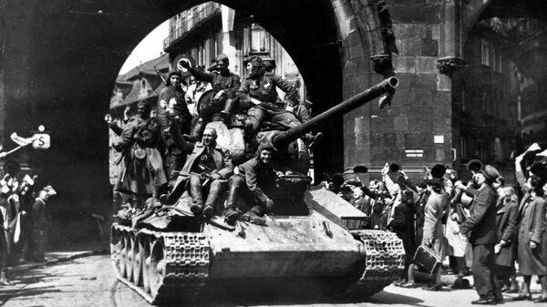 Жители Праги приветствуют советских воинов-освободителей. 10 мая 1945 г.
