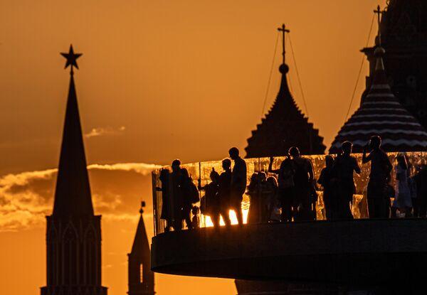Башни Московского Кремля и купола Покровского собора