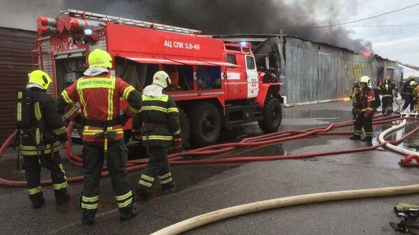 Сотрудники МЧС во время ликвидации пожара  на складе в Красногвардейском районе Санкт-Петербурга