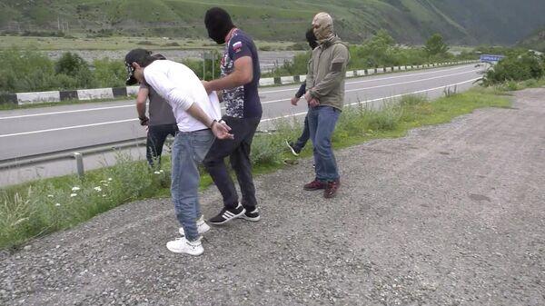 Сотрудники ФСБ во время задержания сторонник запрещенного Исламского государства во Владикавказе