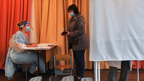 Женщина на избирательном участке по вопросу внесения поправок в Конституцию РФ во Владивостоке
