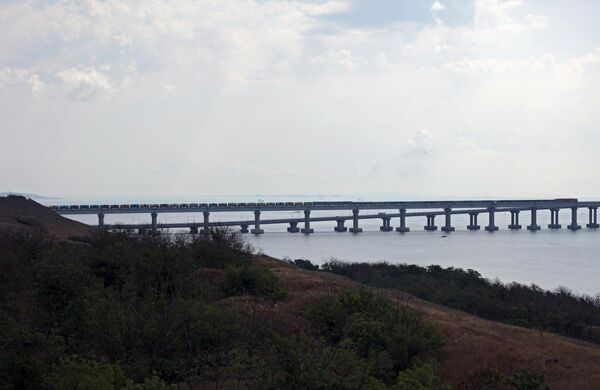 Грузовые поезда едут по Крымскому мосту