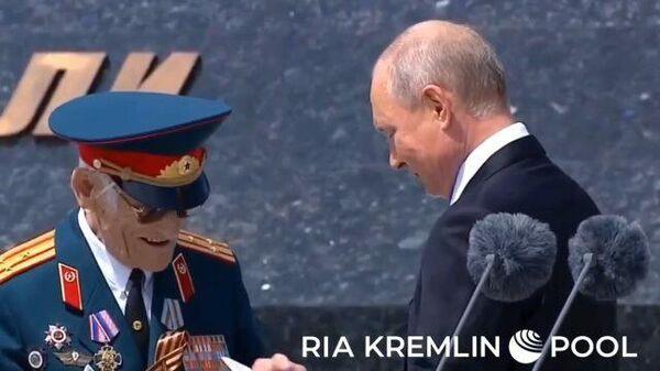 Путин передал записку ветерану на открытии памятника под Ржевом