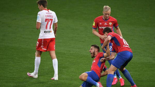 Игроки ЦСКА Никола Влашич, Хёрдур Магнуссон и Игорь Дивеев (слева направо) радуются забитому голу