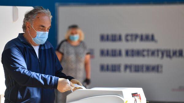 Мужчина голосует по вопросу одобрения изменений в Конституцию России на избирательном участке в Москве