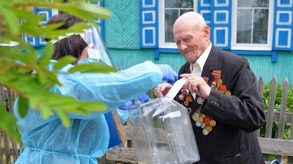 Участник Великой Отечественной войны Григорий Скрипов во время голосования по вопросу одобрения изменений в Конституцию РФ