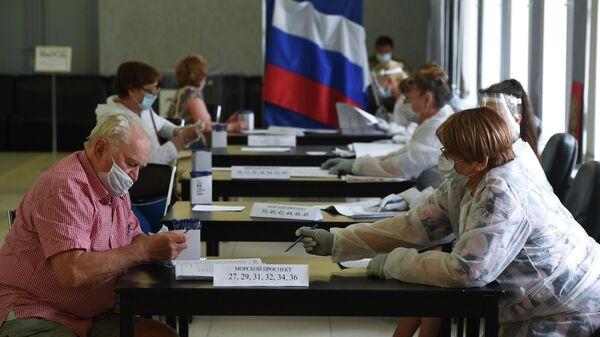 Мужчина голосует по вопросу изменений в Конституцию России
