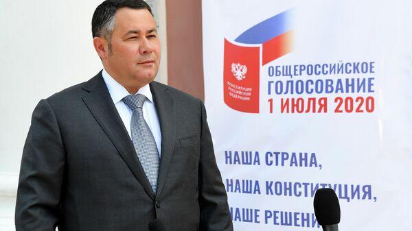 Губернатор Тверской области Игорь Руденя во время голосования по внесению поправок в Конституцию РФ в Твери