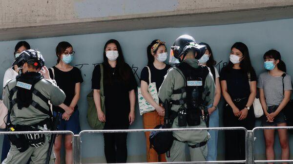 Полицейские и участники акции протеста в Гонконге