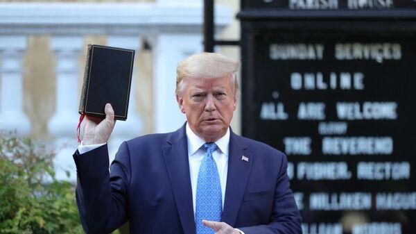 Президент США Дональд Трамп у часовни святого Иоанна с Библией в руках