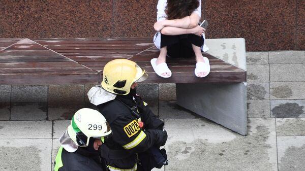 Пожарные недалеко от здания на Тверской улице в Москве, где произошел пожар