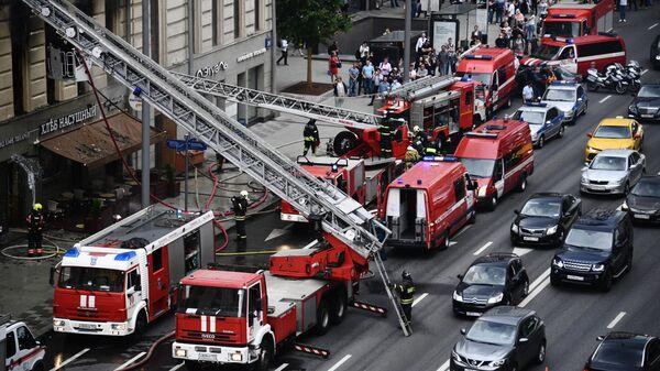 Пожарные тушат пожар в здании на Тверской улице в Москве