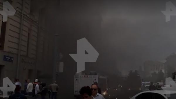 Появилось новое видео пожара в доме в центре Москвы