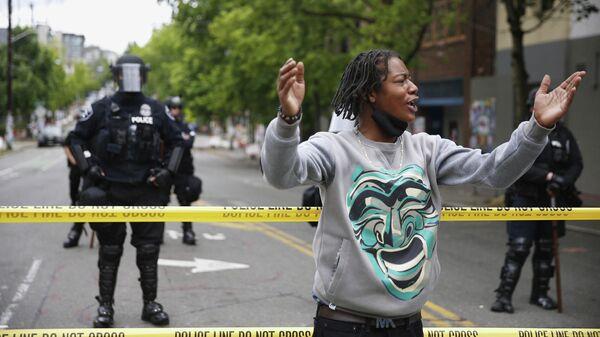 Ограничительная линия перед районом Сиэтла, возвращенным после организованного протеста. Штат Вашингтон, США