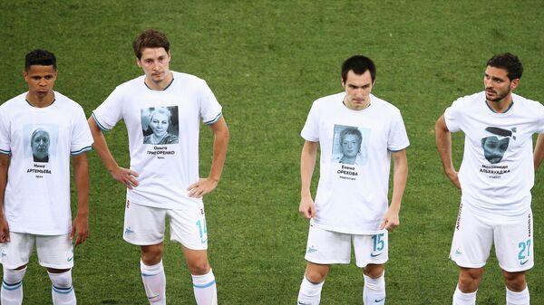 Футболисты Зенита в футболках с изображениями медиков, работающих с больными коронавирусом