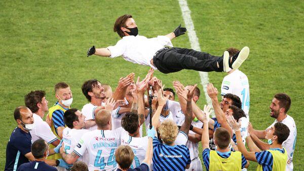Футболисты Зенита качают главного тренера команды Сергея Семака после победы в чемпионате России