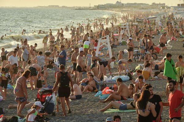 Отдыхающие на пляже в посёлке городского типа Новофёдоровка Сакского района