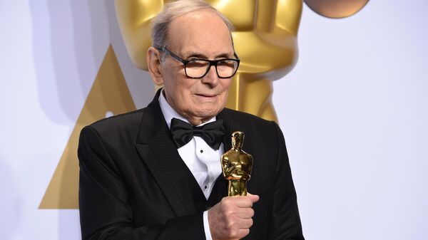 Композитор Эннио Морриконе с Оскаром за лучшую музыку к фильму Омерзительная восьмерка