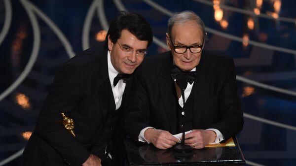 Эннио Морриконе принимает награду за лучшую музыку к фильму Омерзительная восьмерка