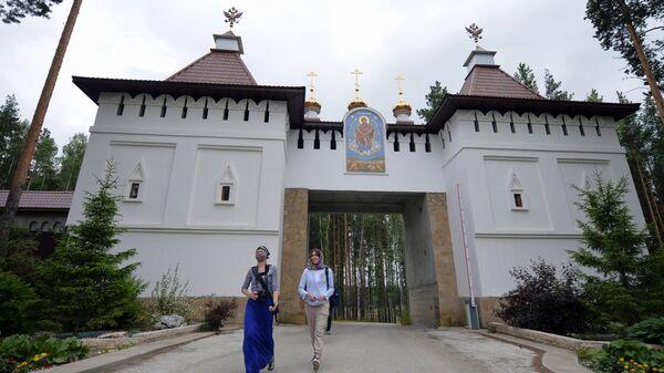 Прихожане на территории Среднеуральского женского монастыря