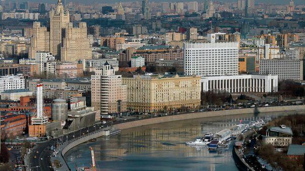 Вид на здание Дома правительства РФ на Краснопресненской набережной Москвы-реки.
