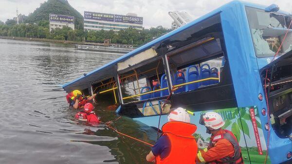 Спасатели на месте падения автобуса в водохранилище в китайской провинции Гуйчжоу
